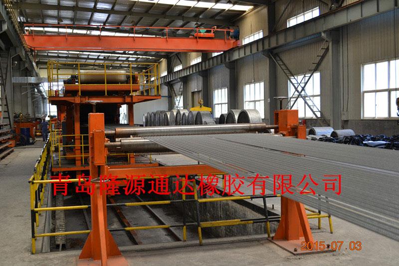 正在生产的钢...